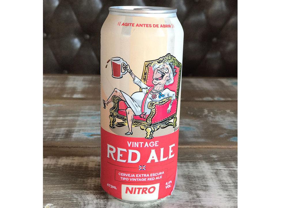 Zé Dassilva já havia ilustrado a Vintage Red Ale, em que deixou a rainha da Inglaterra bem descontraída em seu trono (Foto: Divulgação)