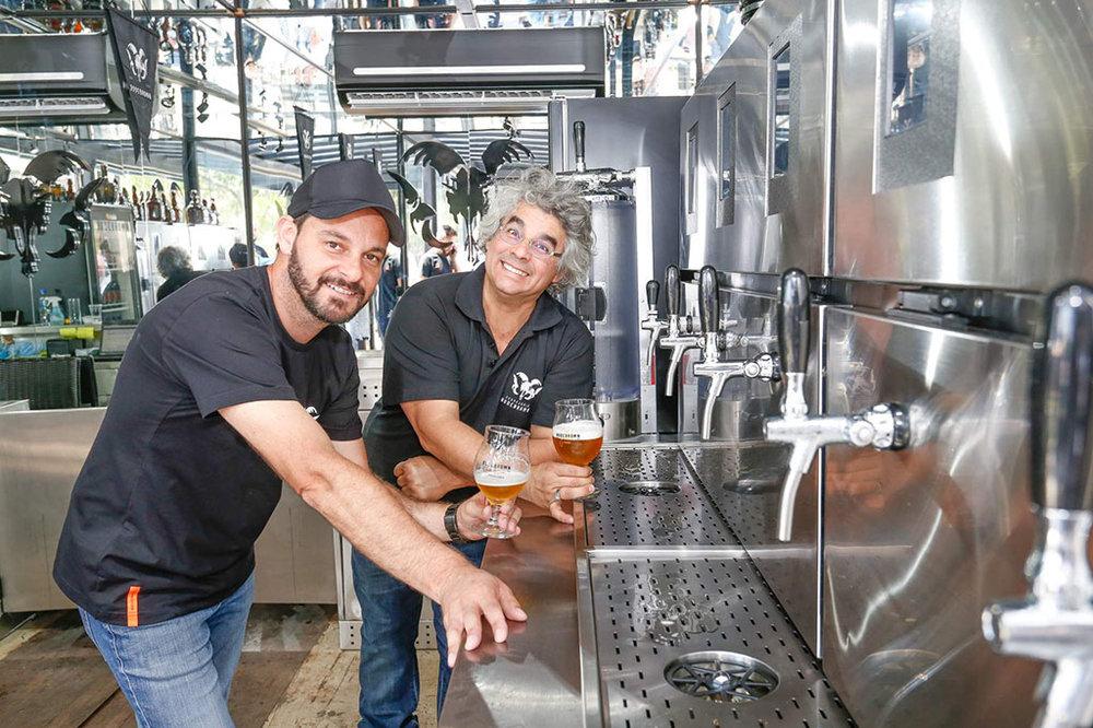 No Total Storage Boulevard, o gestor do Espaço Bodebrown, Luis Iankoski, e o cervejeiro Samuel Cavalcanti, um dos fundadores da marca (Foto: Valterci Santos/Divulgação)