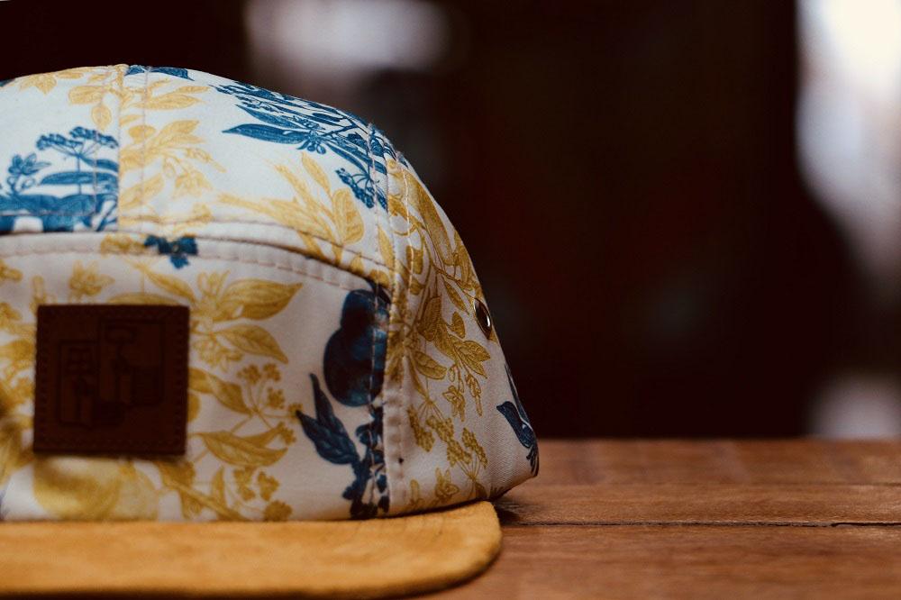 Bonés fazem parte dos itens da coleção inspirada na Hoegaarden (Foto: Divulgação)