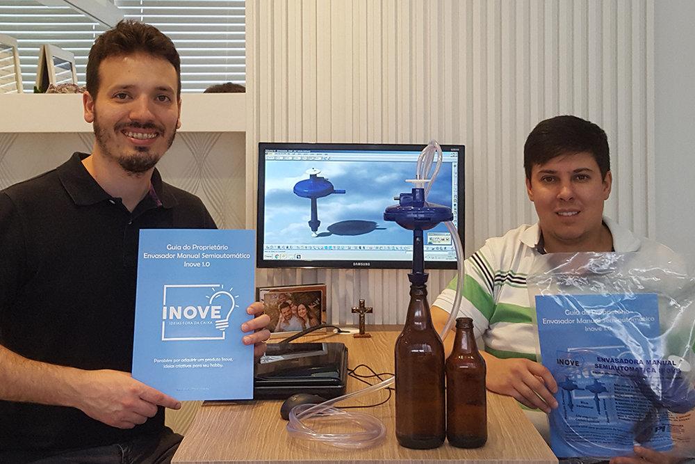 Mateus e Eduardo com a envasadora semiautomática concebida para facilitar e dar precisão ao engarrafamento (Foto: Divulgação)