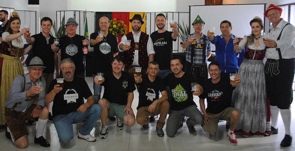 O brinde feito a um mês do 4º Encontro de Cervejarias Artesanais (Foto: Divulgação)