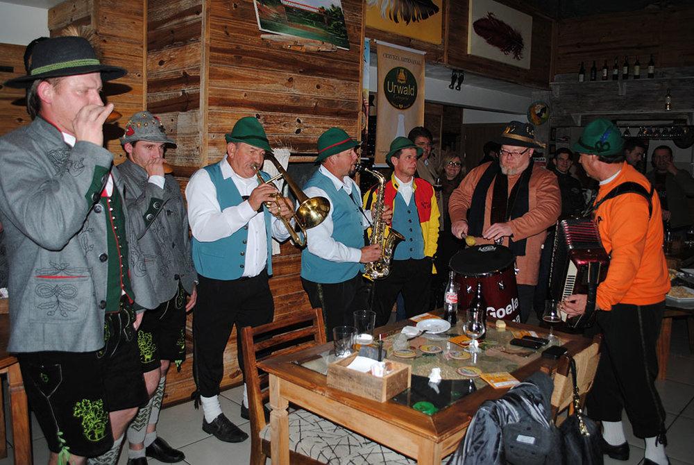 No lançamento, o baterista Sady Homrich apresentou-se com uma banda típica alemã, a Goela Seca (Foto: Divulgação)