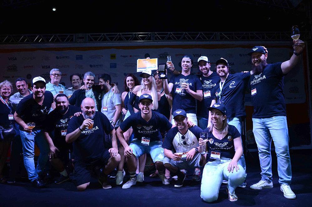 A tradicional foto com os vencedores do Mbeer Contest Brazil (Foto:Diogo Pereira/Divulgação)
