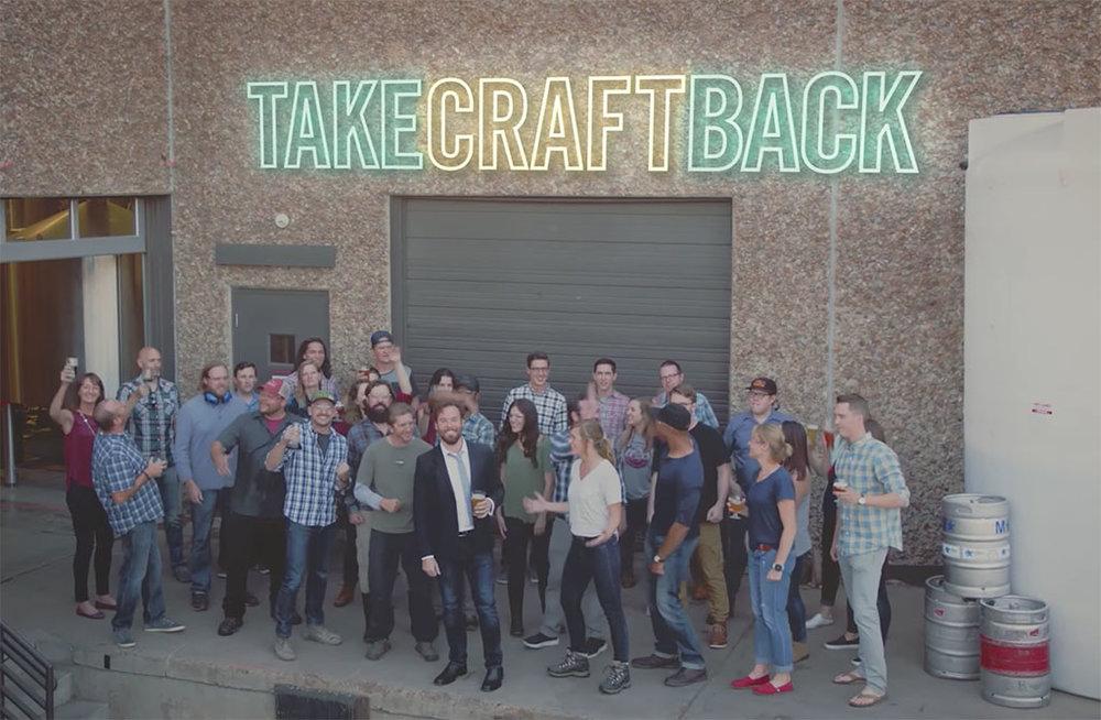 Campanha, com vídeo e outras peças, reforça o apoio ao selo das cervejarias independentes (Foto: Reprodução)