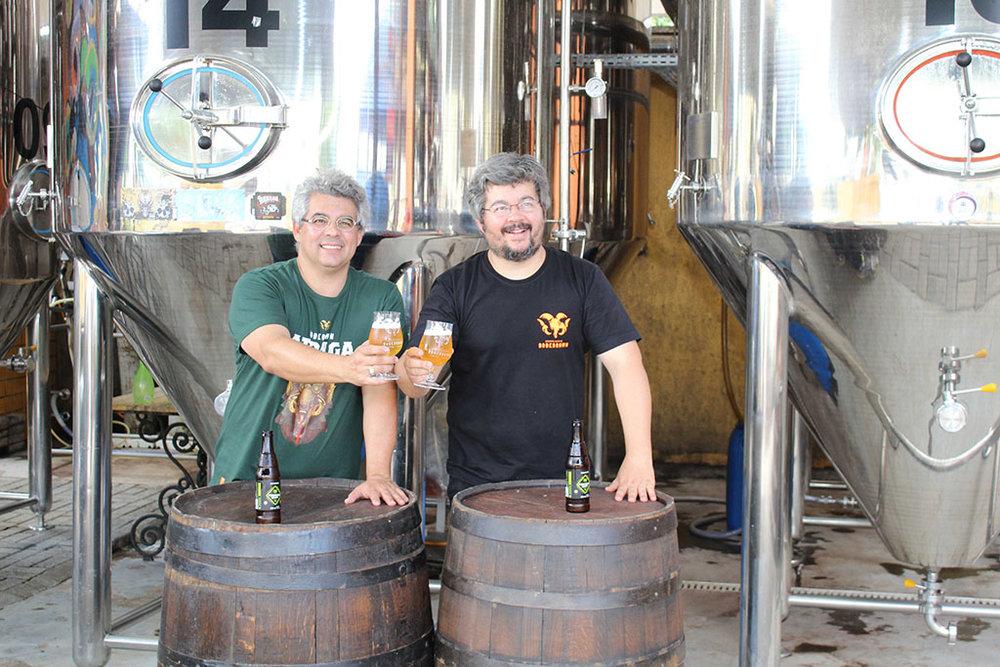 Samuel (à esq. na foto, com o Irmão Paulo) lidera a equipe de cervejeiros e colaboradores da Bodebrown na missão em Berlim (Foto: Divulgação)