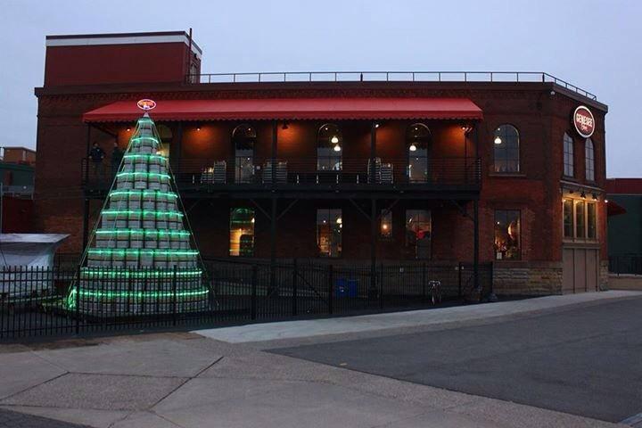 Na foto,árvore de Natal com 300 barris erguida diante do pub da Genesee Brewery, nos EUA,em 2014 (Foto: Divulgação)