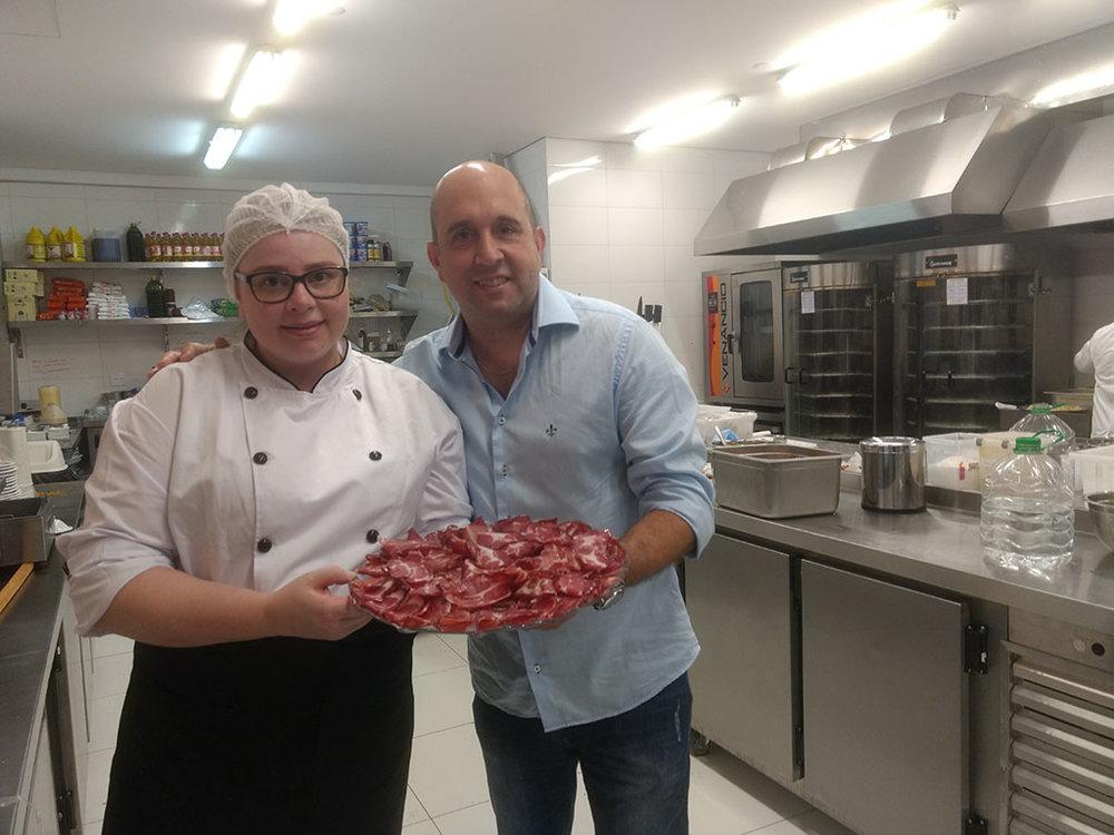 Cíntia Schumacker vai receber o bastão de Natalício, o chef que desenvolveu o cardápio da casa (Foto: Tiago Lobo/Beer Art)