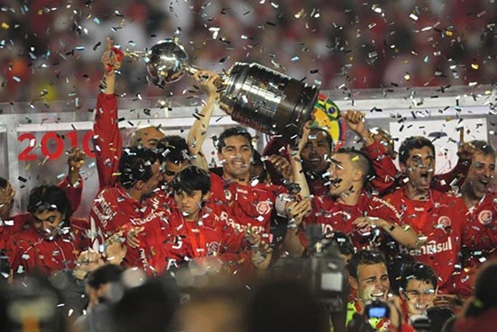 Bolivar erguendo a taça da Copa Libertadores 2010 (Foto: Sport Club Internacional/Divulgação)