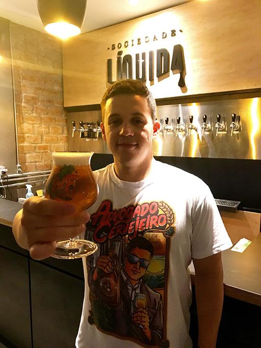André Lopes comemora com uma taça de MF Coffee Light (Foto: Bruno Lois/Divulgação)