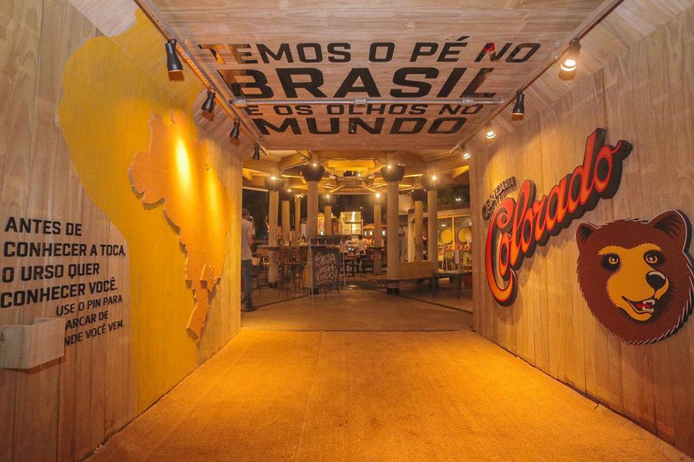 Arquitetura simula as cavernas que são o hábitat de um urso, símbolo da cervejaria (Foto: Divulgação)