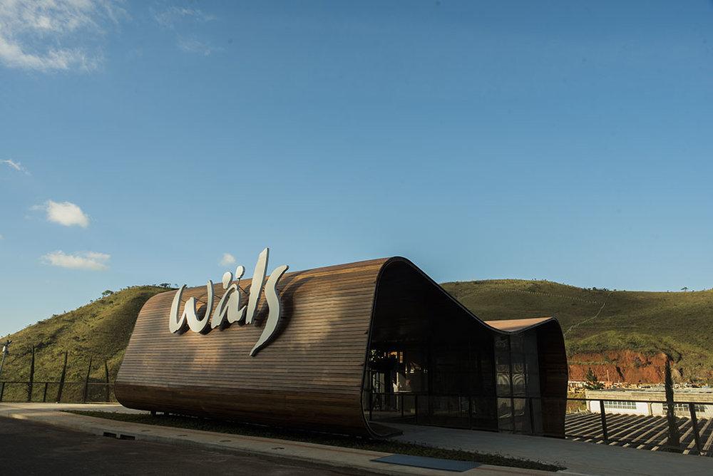 Edificação simula uma imensa barrica de madeira aberta e integrada às montanhas (Foto: Divulgação)