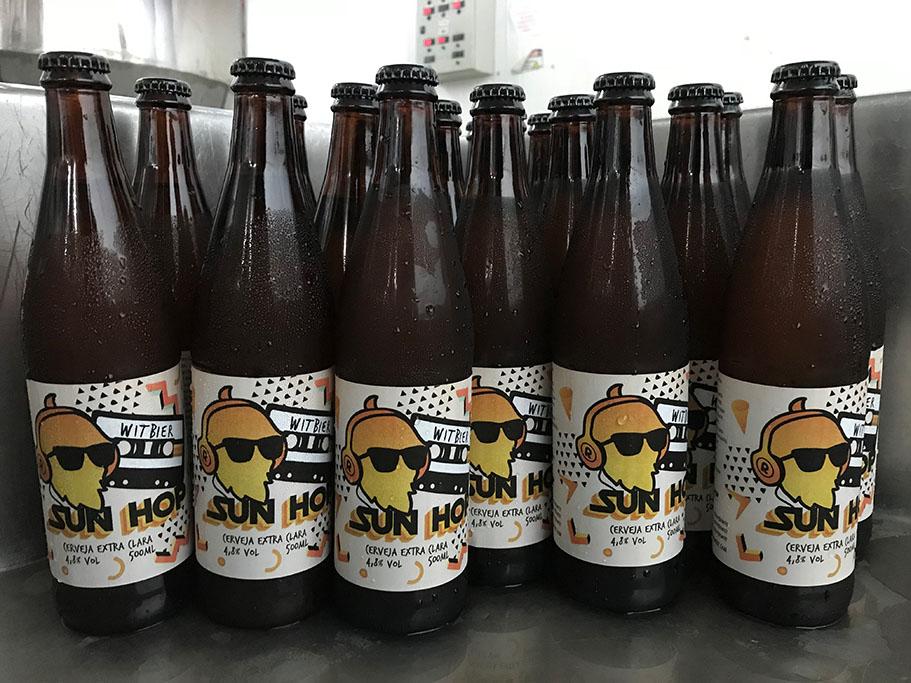 Com raspas de laranja e sementes de coentro, a cerveja tem sabor levemente picante e apenas 4,8% de teor alcoólico (Foto: Divulgação)
