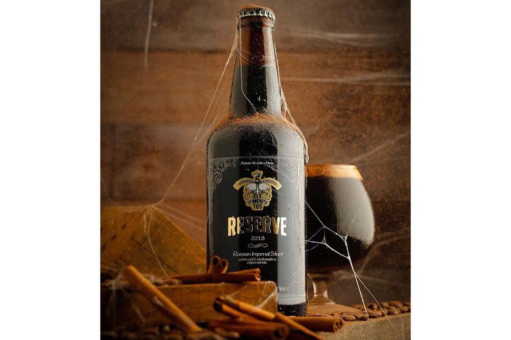 Cerveja conta com adição de lactose, cacau, café maturado em barris de Bourbon e especiarias (Foto: Divulgação)