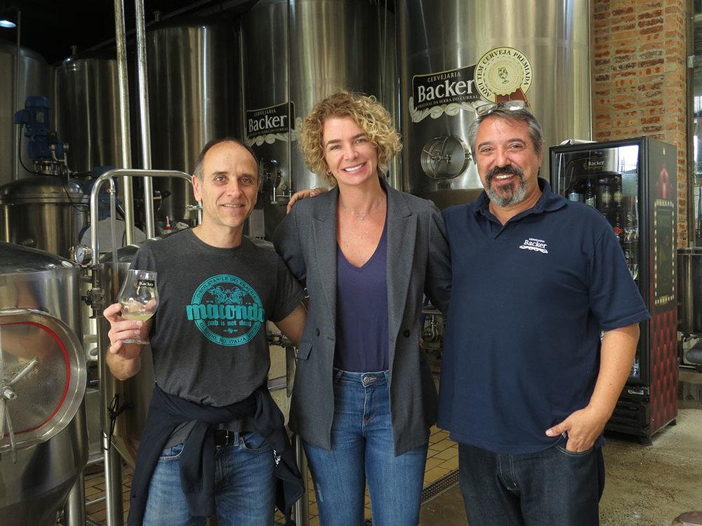 Alessio Selvaggio (ao lado diretora de Marketing da cervejaria mineira, Paula Lebbos) vai preparar colaborativa com o mestre-cervejeiro da casa, Sandro Duarte, à dir. (Foto: Divulgação)