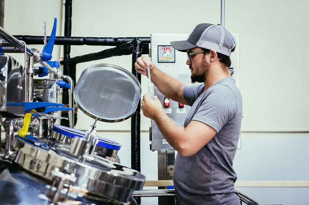 O mestre-cervejeiro Patrick Bannwart em ação na fábrica (Foto: Thiago Carneiro/Divulgação)