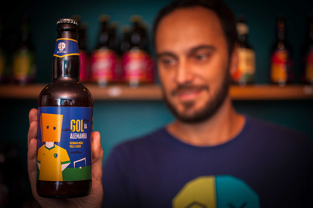 Bernardo Couto (desfocado, ao fundo) segura uma garrafa da divertida sazonal da 2cabeças colaborativa com a Aeon (Foto: José Sigiliano NetoDivulgação)