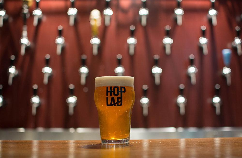 A primeira cerveja própria do Hop Lab é uma West Coast IPA (Foto: Fernando Raposo/Divulgação)