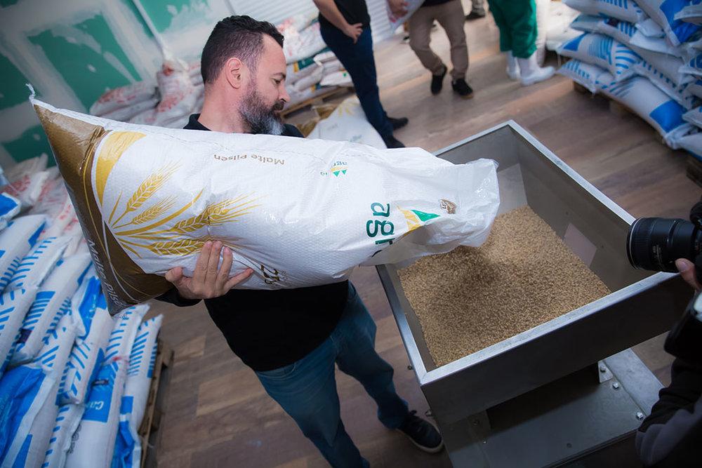 A colocação do malte para ser moído, no inicio do processo (Foto: Divulgação)