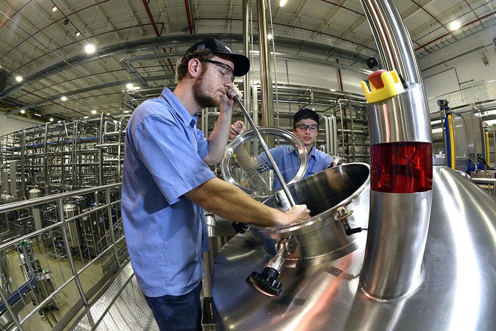 Em mais de 15 mil metros quadrados, cerca de 80 pessoas, sendo mais de 10 mestres-cervejeiros, concentram-se na tarefa de desenvolver a próxima cerveja que irá a mercado (Foto: Divulgação)