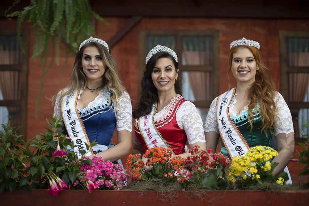 A rainha Ana Paula Tomé entre as princesas Rayane Lorenzon e Gabriela Lima (Foto: Felipe Panfili/Divulgação)