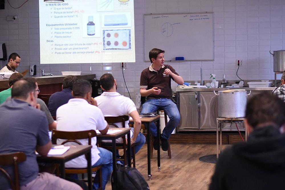 A aula é ministrada por Leandro Emmel, mestre-cervejeiro diplomado na VLB (Berlim - Alemanha) e diretor da WE Consultoria (Foto: Divulgação)