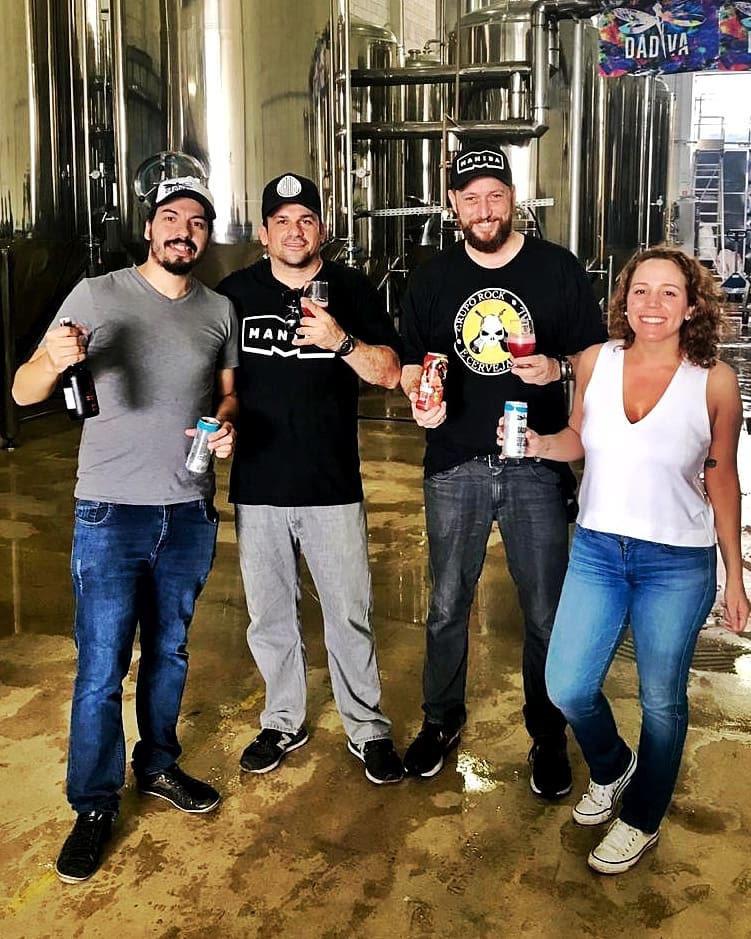 Na brassagem, Victor Marinho (cervejeiro da Dádiva), Cristiano Winck (cervejeiro da Maniba), Guto Ortac (Maniba) e Luiza Tolosa (Dádiva). Foto: Divulgação
