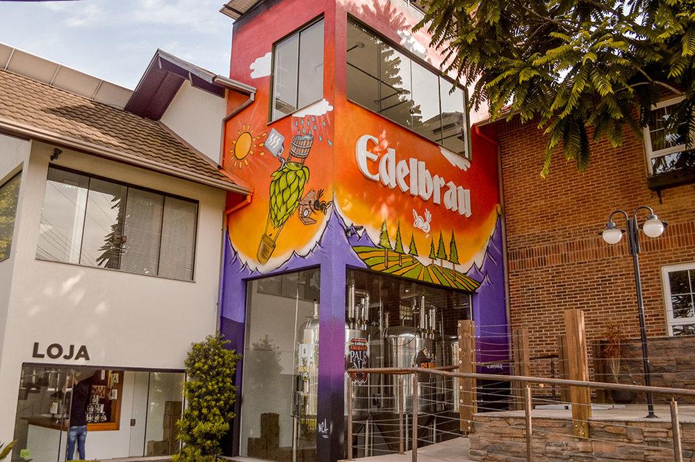 A fábrica ganha arte elaborada pelo grafiteiro Jasom Souza, que retrata, na sua visão, o que é a Edelbrau (Foto: Roberta Bratz/Divulgação)