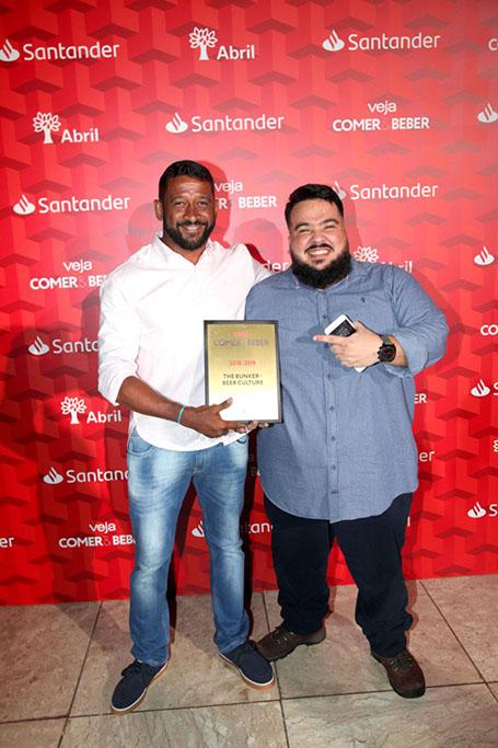 Marcelo Rodrigues e Vinício Carvalho, sócios do The Bunker, com o troféu (Foto: Divulgação)