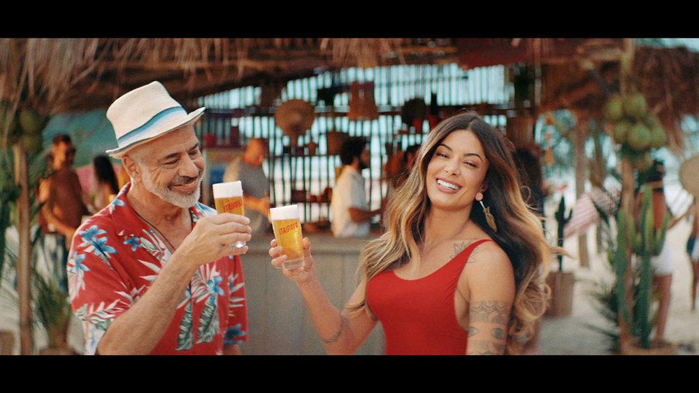 Cena de um dos vídeos da nova campanha da cerveja com os protagonistas (Foto: Divulgação)