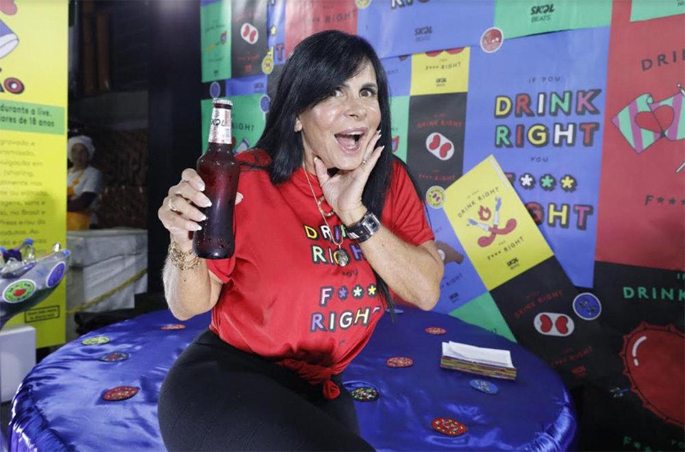 """Artista estrela a campanha """"If you Drink Right, you F*** Right – Quem bebe menos se diverte mais"""" (Foto: Divulgação)"""