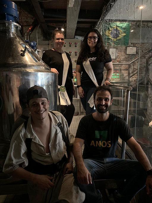 Com Daiane e Taiga (ao fundo), equipe produziu uma Saison (Foto: Divulgação)