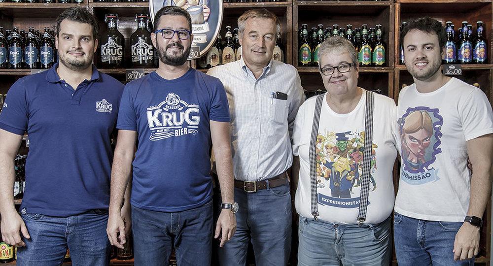Heitor (o 2º à esq.) agora veste a camiseta da Krug Bier (Foto: Divulgação)