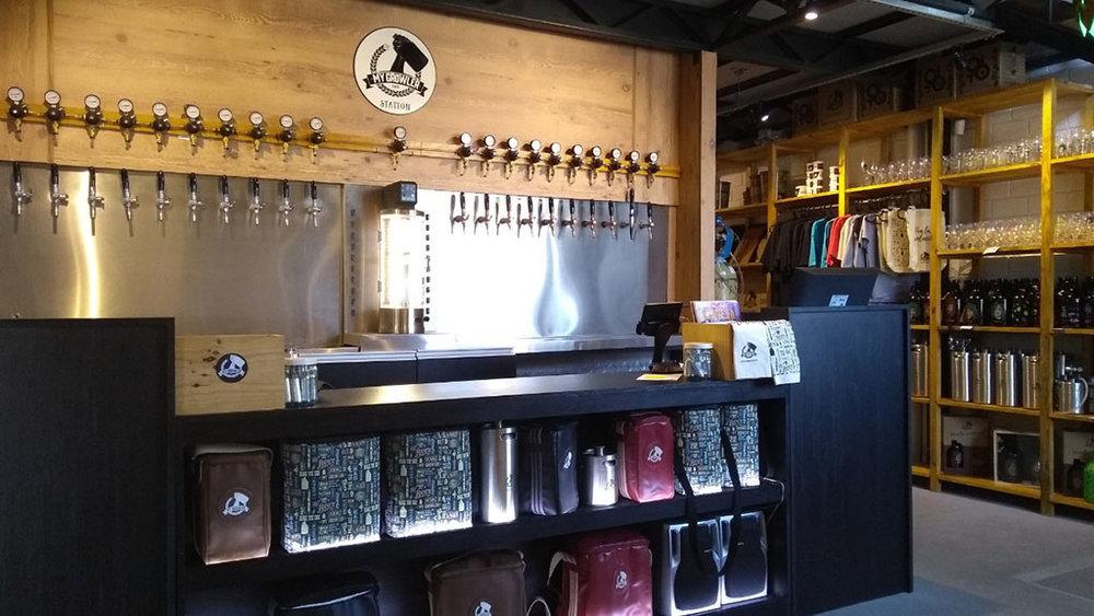 A station conta com vinte torneiras e uma variedade de bebidas como chopes artesanais, kombuchas, drinks, cidras e espumantes (Foto: Divulgação)