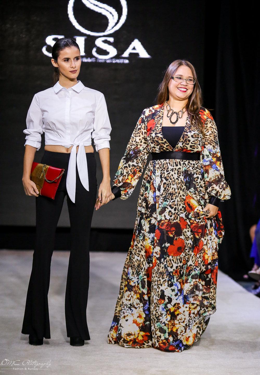 La diseñadora Sandra Santiago junto a una de sus modelos