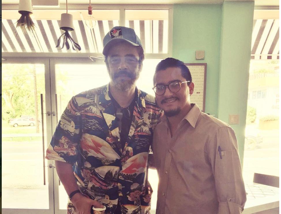 El empresario César Santiago Cajigas junto al actor Benicio del Toro