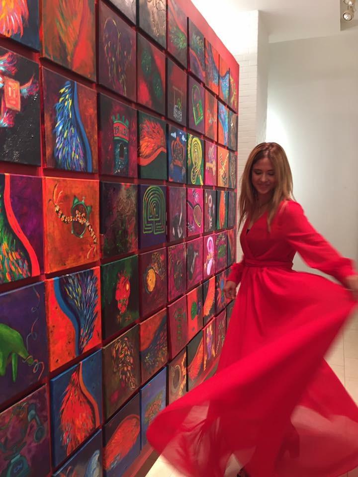 Viviana del Mar Santiago junto a una de sus obras