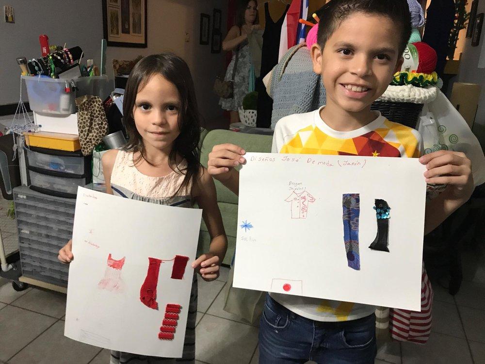 Lara junto a su hermanito, quien también diseñó su camisa