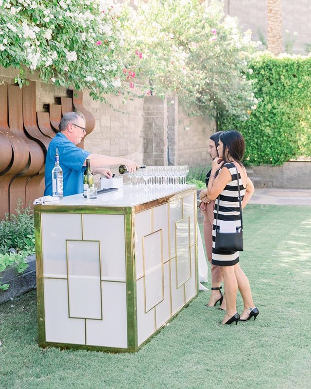"""Working lunch"" with our glam bar. ⠀⠀⠀⠀⠀⠀⠀⠀⠀ @hyattscottsdaleweddings @tashabradyphoto @thewildfloweraz @victoriayorkdesign @bbjlinen @eventrentsaz @primrentals @abakeshop @gypsycup @psavglobal @imoni_events #azwedsym"