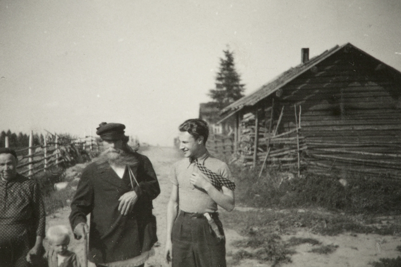 Yrjö von Grönhagen (right) in Karelia, 1936, with rune singer Timo Lipitsä, wife and little boy. (Picture: Fritz Bose)