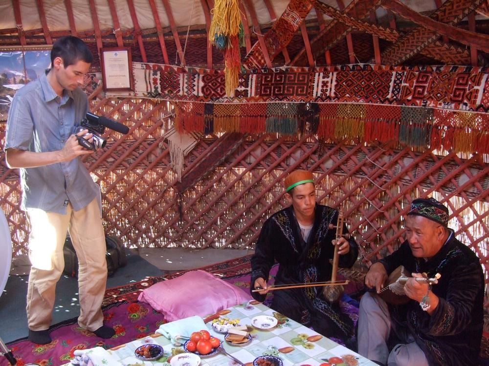 Session d'enregistrement sous une yourte située dans la région karakalpake de Kongrad (Qonırat) avec le barde Orınbay Barlıqov