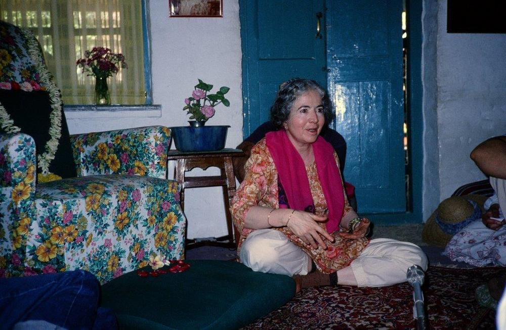 MANI IRANI in Mandali Hall in Meherazad telling stories to the pilgrims. (Sam Ervin photo, 1990s.)