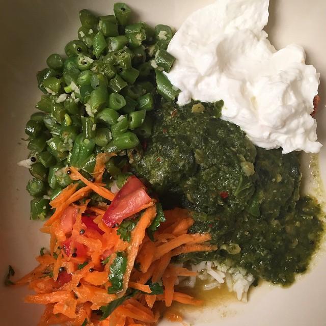 Keerai molagutal (spinach and dahl stew), kosmalli (carrot salad), beans podthuval and yogurt