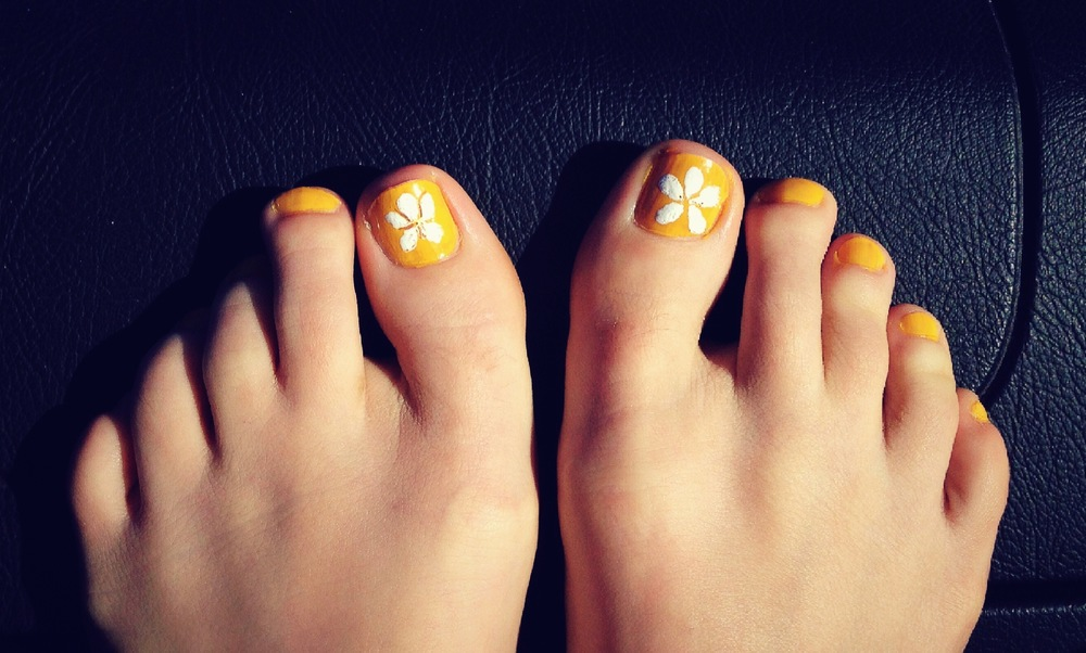 Bonus design-Spring toe art! Don't ask what kind of flower this is...I'm lucky that it doesn't just look like blobs...