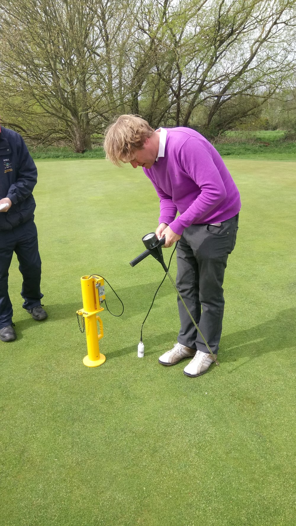 Following his inspection of the Rescue trial, Philip then performed some tests on the 8th green to measure moisture content, firmness of the green, and a pressure test. The results from these will help determine the programme of work for the coming seasons.