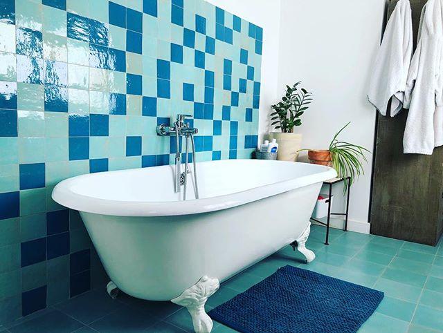 Avec ce froid polaire ❄️ il n'y a rien de tel qu'un bon bain chaud pour se réchauffer & se mettre du baume au cœur... salle de bain de notre magnifique maison de ville familiale proche Vauban... #buyahouseinnimes #nimes