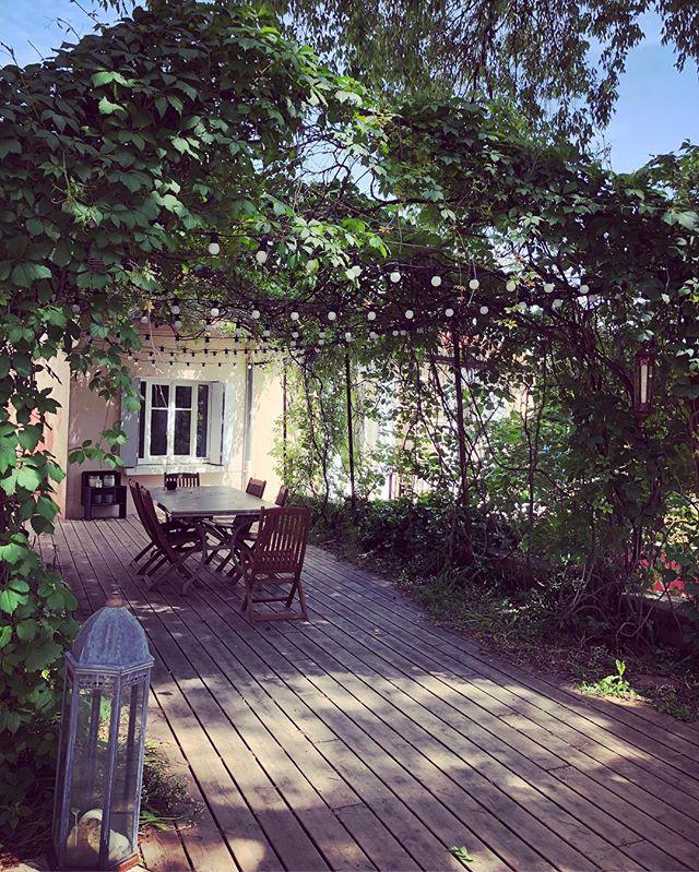 Avoir une terrasse bien ombragée pour profiter des belles journées ensoleillées... avoir la même terrasse avec des petites lumières genre guinguette pour profiter des douces soirées... Maison de ville familiale, proche Vauban #nimes #buyahouseinnimes