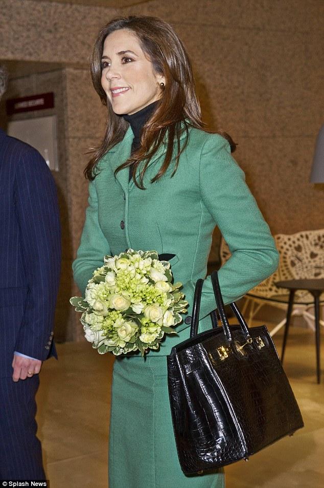 """""""Gamle penger""""- segmentet: HKH Kronprinsesse Mary av Danmark med sin Hermès Birkin i krokodilleskinn til kr 375 000,-. Lav merkesynlighet, høy pris. Ja, krokodilleskinnet trekker opp prisen her."""