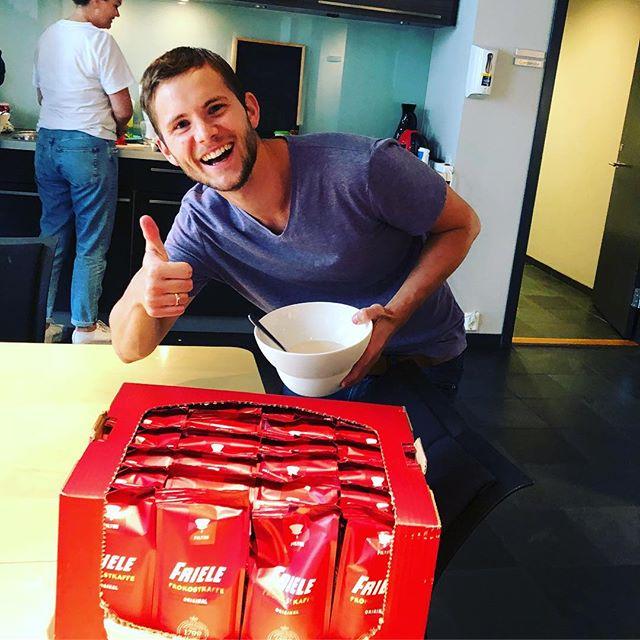 Sesongåpning på kontoret og Trond Ole tar ansvar for nødvendig proviant! I snitt drikker nordmenn 5 kopper kaffe om dagen, ca. 146 liter i året altså. Vi trekker sikkert opp snittet, og heller sikkert også ut 1/4 i vasken 😬#frielekaffe