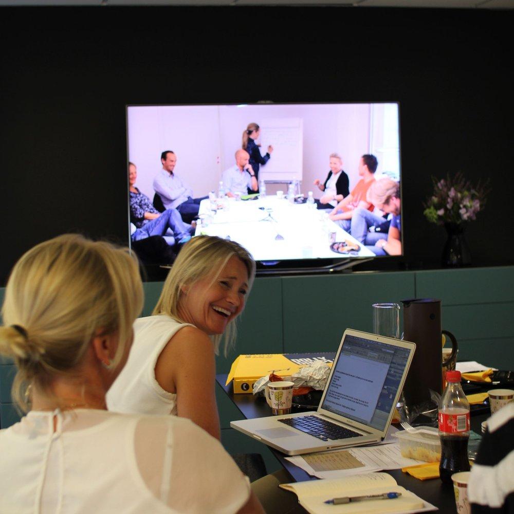 Hvorfor gjennomføre fokusgrupper? - Fokusgrupper er mest verdifulle når man trenger dyp forståelse rundt et spesifikt tema eller situasjon. For eksempel når resultatene fra en spørreundersøkelse skaper flere spørsmål enn svar. Eller når man trenger å forstå hvordan ulike retninger i tjenesteutviklingen eller kommunikasjon oppfattes. Fordi de foregår som samtaler, tillater fokusgrupper å grave dypt fremfor bredt, i årsakene til hvorfor målgruppen tenker som den gjør. Det gir deltagerne muligheten til å svare åpent, med eget språk. Og det gir oss muligheten til å følge opp uventede svar med utdypende spørsmål.