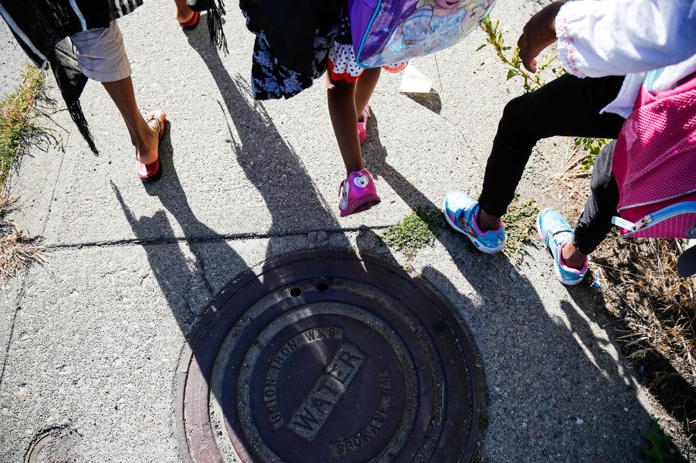 Anuarite and kids walking - HR-21_mini.jpg